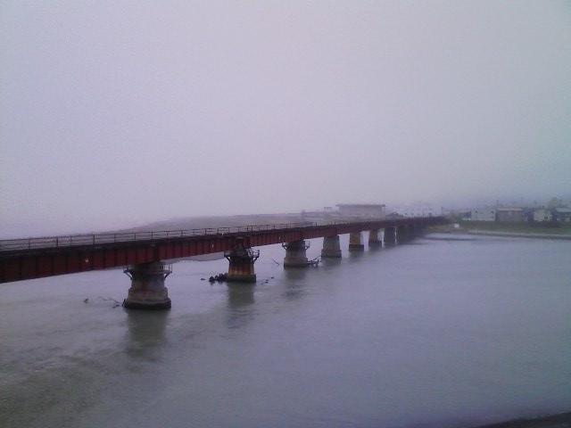 静内川と日高本線鉄橋と太平洋